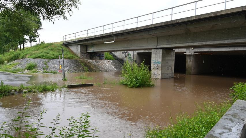 Hochwasserwarnung gab es für Neuses und Frauenaurach, weil befürchtet wurde, die Aurach könnte auch dort über die Ufer treten. An der Kanalunterführung war das bereits passiert. Foto: Klaus-Dieter Schreiter
