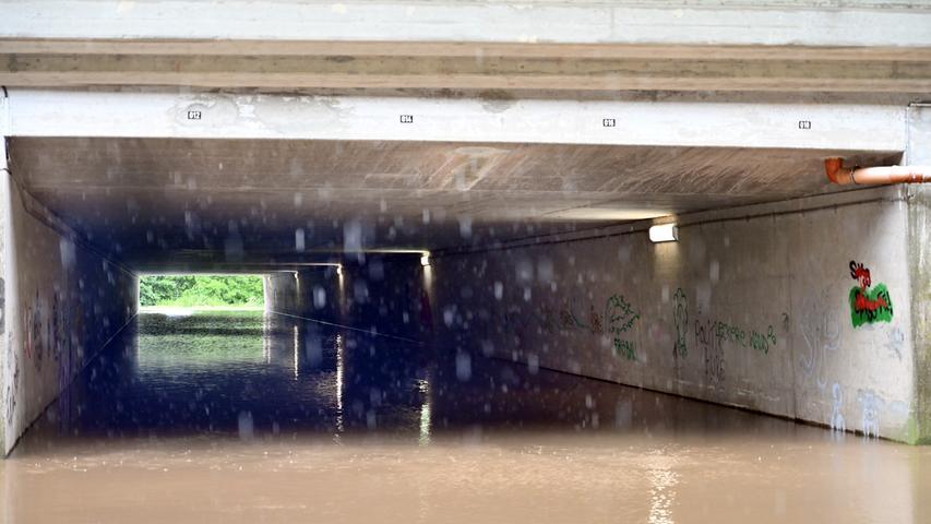 Hochwasserwarnung gab es für Neuses und Frauenaurach, weil befürchtet wurde, die Aurach könnte auch dort über die Ufer  An der Kanalunterführung war das bereits passiert.Foto: Klaus-Dieter Schreiter