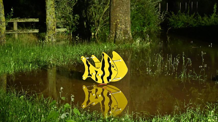 Hochwasserwarnung gab es für Neuses und Frauenaurach, weil befürchtet wurde, die Aurach könnte auch dort über die Ufer treten. Die Bevölkerung wurde mit Lautsprecherdurchsagen gewarnt. In Neuses stand der Spielplatz unter Wasser..   Foto: Klaus-Dieter Schreiter