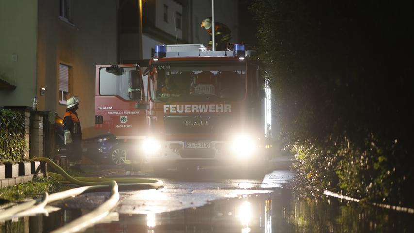 Das Hochwasser beschäftigte in der Nacht von Freitag (09.07.2021) auf Samstag (10.07.2021) weiterhin die Einsatzkräfte. Der Scheitelpunkt wanderte in Richtung Osten. In Mittelfranken stieg der Pegel der Zenn innerhalb weniger Stunden auf Meldestufe 4. Glücklicherweise richtete das Hochwasser in Fürth nur wenige Schäden an. Im Stadtteil Ritzmannshof wurde eine Straße überschwemmt, zwei geparkte Fahrzeuge standen im Wasser. Im Stadtteil Felxdorf lief ein Keller voll. Die Feuerwehr musste anrücken und den Keller leer pumpen. Außerdem mussten mehrere Straßen in Fürth gesperrt werden. Foto: NEWS5 / Oßwald Weitere Informationen... https://www.news5.de/news/news/read/21363