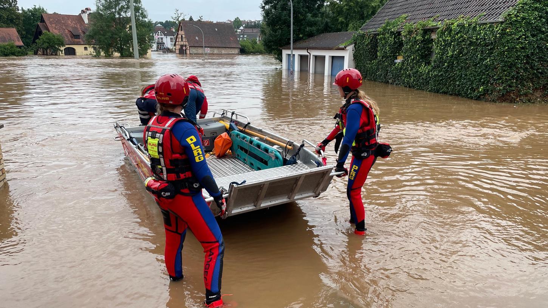 Auch die Wasserwacht war mit ihren Booten gefordert. In Langenzenn retteten die Helfer Jugendliche aus dem Hochwasser.