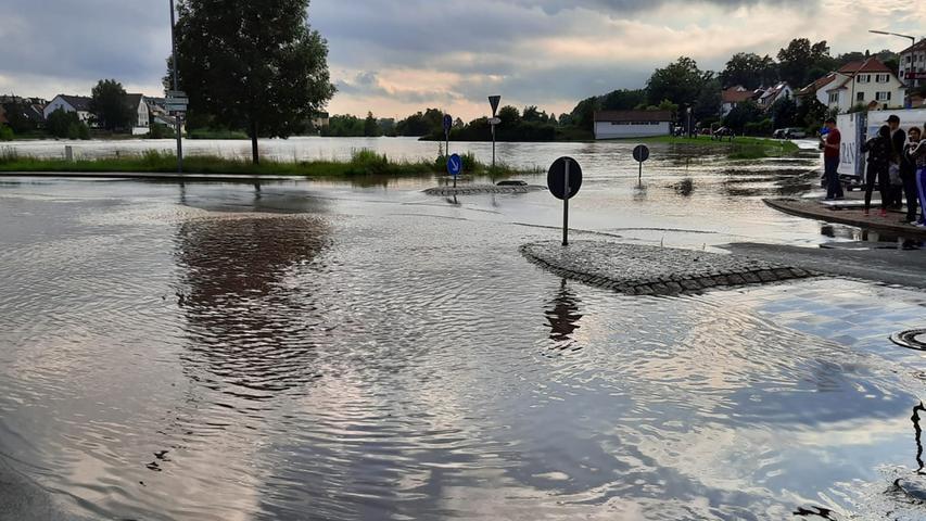 Viele Teile von Veitsbronn stehen unter Wasser.