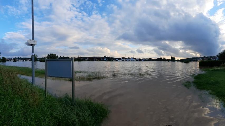 Viele Teile von Veitrsbronn stehen unter Wasser.