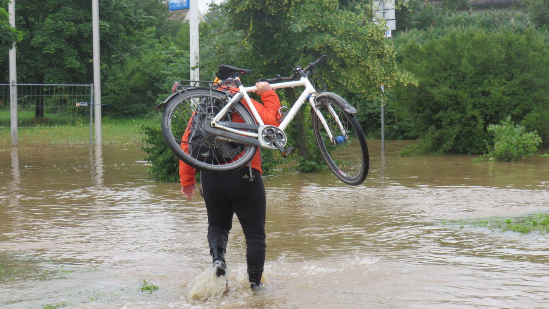 Durch das Wasser geht es maximal zu Fuß. Die Polizei rät dringend davon ab, die Wasserflächen zu durchqueren.