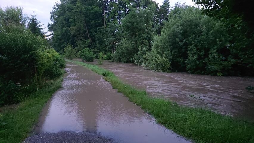 Die Aisch trat über die Ufer und überflutete Wiesen und Wege.