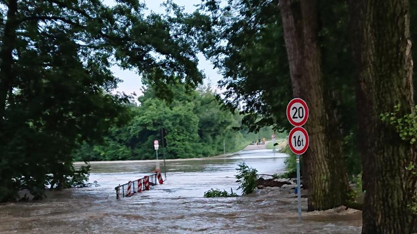 Das Wasser stieg durch die Flutwelle sprunghaft an, der Kochsweiher konnte die Mengen nicht mehr fassen und lief über.