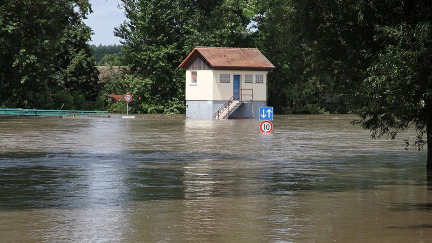 Das Hochwasser hat die Laufer Mühle von der Außenwelt abgeschnitten.