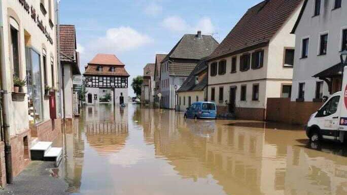 Die Einsatzkräfte wurden am Freitag rund 1500 mal gerufen, weil der Starkregen Straßen, Keller und Unterführungen überflutete.