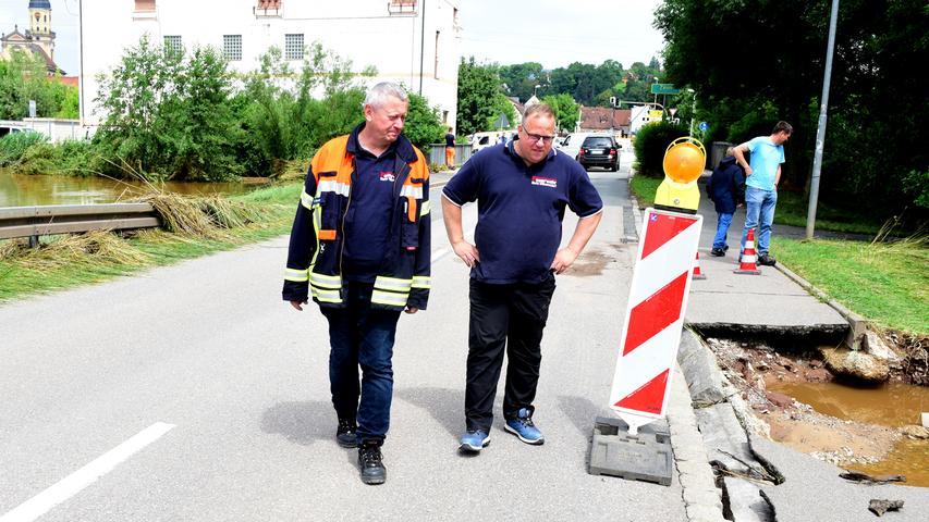 Bürgermeister Uwe Emmert (links) und der stellvertretende Feuerwehrchef Thorsten Enßner machten sich in der Stelzenbachstraße ein Bild von der Zerstörung des Gehwegs.