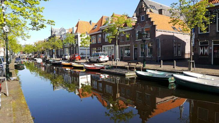 Neben Deutschland sind vor allem Reiseziele in Europa – wie hier Alkmaar in den Niederlanden – bei den Urlaubern gefragt. An Fernreisen trauen sich noch nicht viele heran.