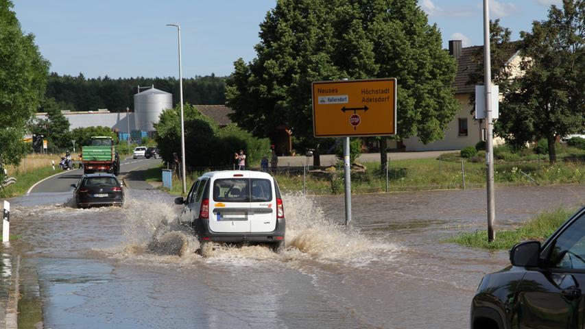 In Hallerndorf steht die Kreisstraße unter Wasser.