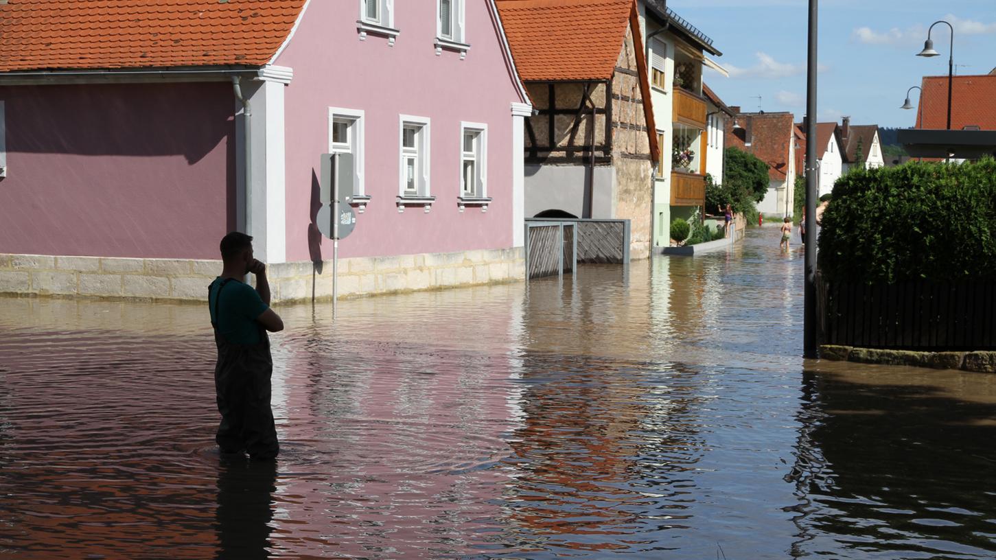 Willersdorf im Unteren Aischgrund, Landkreis Forchheim, steht teilweise unter Wasser.
