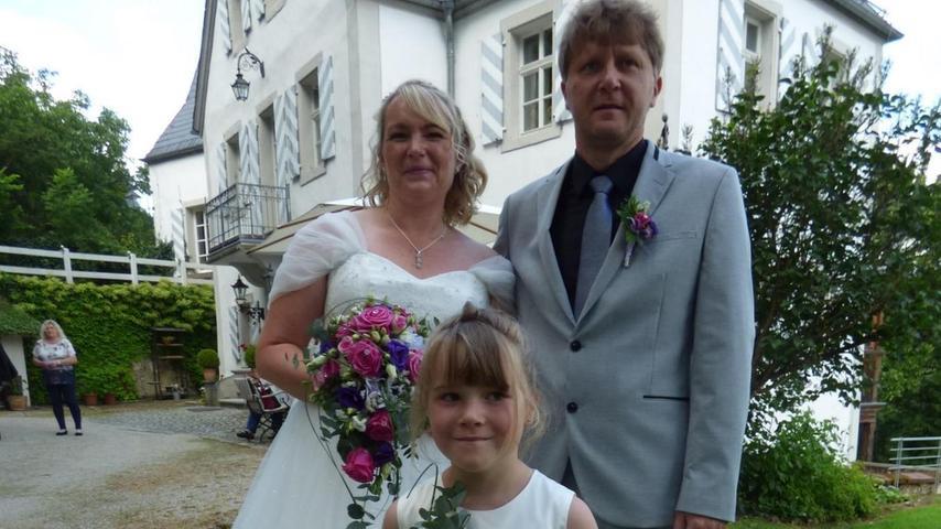 Daniela Eckert und Heiko Herzing sind schon lange ein Paar. Hier mit der sechsjährigen Tochter Leonie. In Geusmanns haben sie sich ein Eigenheim gebaut. Eigentlich wollten die 41-jährige Einzelhandelskauffrau und der 45-jährige Industriemechaniker schon 2020 standesamtlich heiraten. Doch Corona und der Lockdown machten eine größere Hochzeitsfeier unmöglich. Nun war es endlich so weit. Das Brautpaar gab sich auf Schloss Kühlenfels das Ja-Wort für`s gemeinsame Leben. Nach einem Sektempfang im Schlosshof fand die Hochzeitsfeier im Gasthof Peter in Horlach statt. Foto: Thomas Weichert