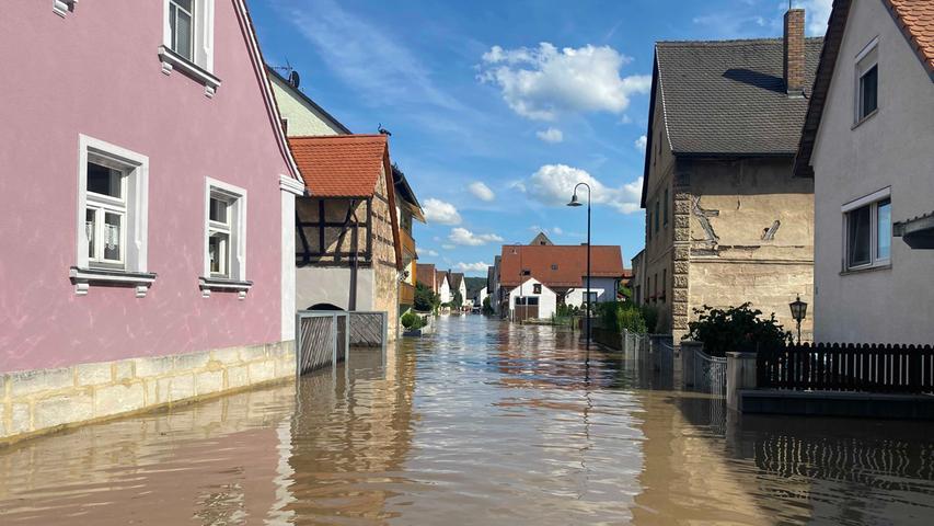 Während in einigen Orten in Bayern geradezu Verzweiflung wegen des Hochwassers herrscht, nehmen es die Menschen in Oberfranken mit Gelassenheit. In Willersdorf (Lkr. Forchheim) haben sich die Leute kurzerhand ihre Luftmatratze und ein Bier geschnappt und sind damit nun auf dem Hochwasser unterwegs. Während auch dort zahlreiche Einsatzkräfte gegen die Wassermengen kämpfen, warten einige einfach darauf, bis es von alleine wieder weggeht und genießen die Sonnenstrahlen nach dem heftigen Regenwetter.  Foto: NEWS5 / Merzbach Weitere Informationen... https://www.news5.de/news/news/read/21366