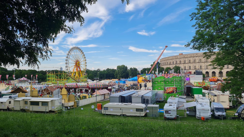 Der Freizeitpark NürnbBärLand vom Hügel aus: Am Samstag lockte das Wetter zahlreiche Besucher auf den Volksfestplatz. An den Eingängen bildeten sich Schlangen.
