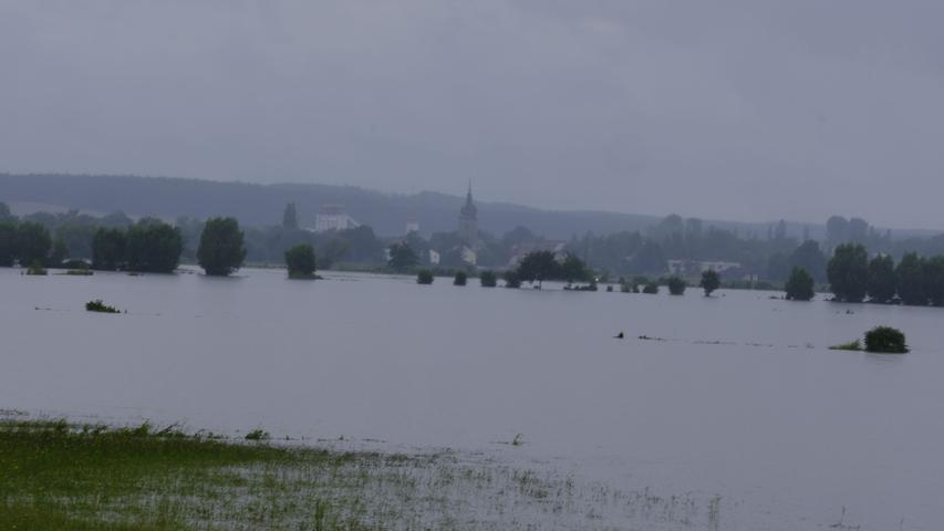 Die Flutwelle der Aisch kam am frühen Samstagmorgen in den Landkreis ERH. So sah es am Sonntavormittag aus (Blick Richtung Uehlfeld).