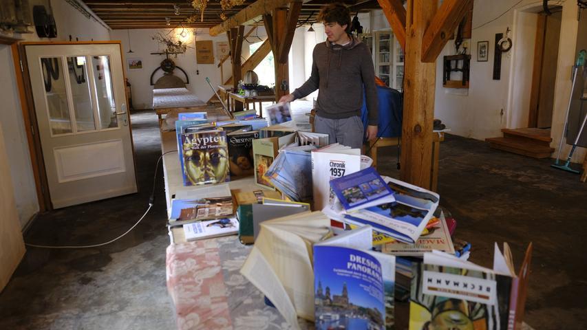 In der Mühlezwischengelagerte Möbel und Bücher traf es.