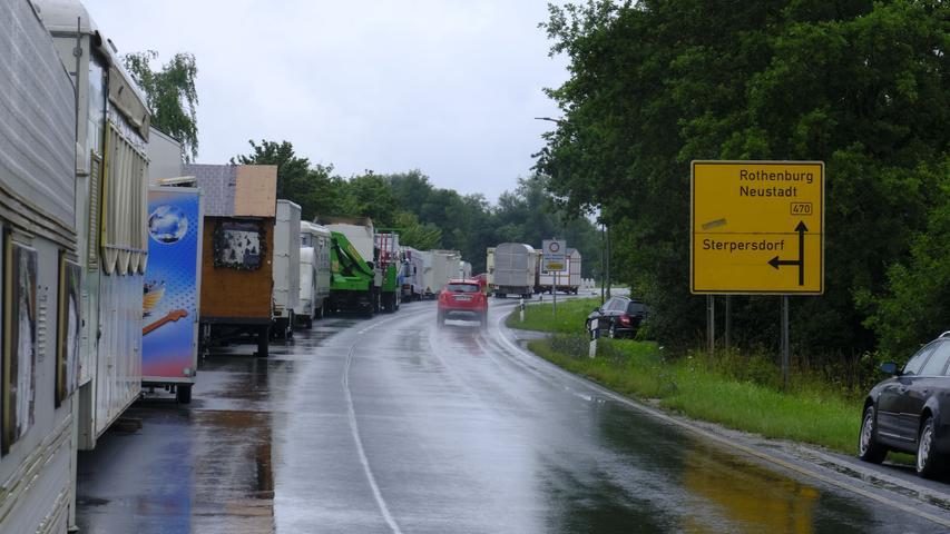 Auf der B470 wurdenSchaustellerwagen zwischengeparkt, die auf der Festwiese vom Hochwasser betroffen waren. Auch am Freibad fanden einige Schausteller einen trockenen Platz für ihre Wagen.