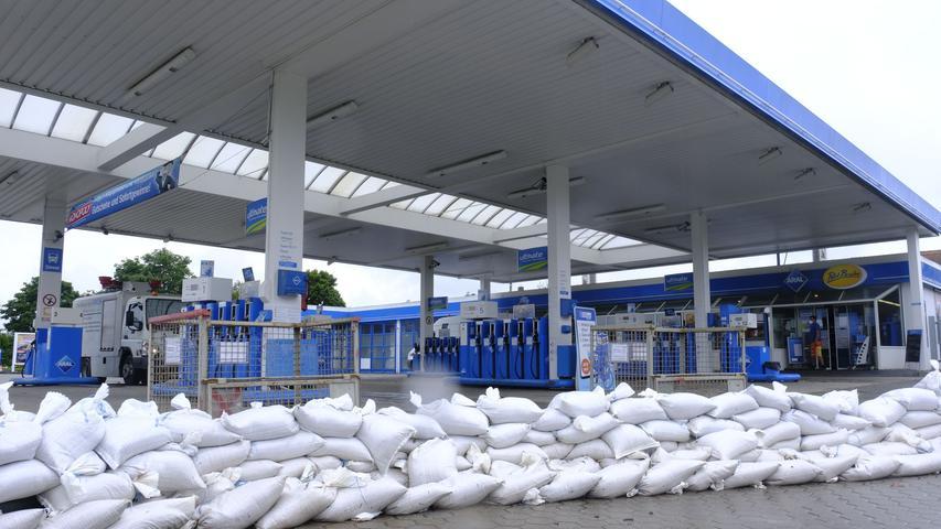 Großes Lob von der Aral-Tankstelle für alle Einsatzkräfte: Dank der Sandsäcke blieben die Anlagen verschont, schon am Sonntag konnte wieder getankt werden.