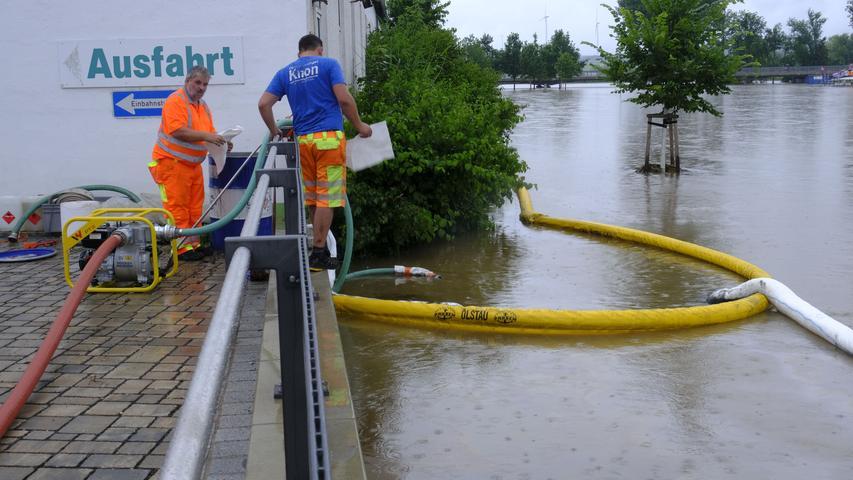 Die Spezialfirma Knon aus Eichstätt versucht, Öl am Einfließen ins Hochwasser zu hindern. Zwei Tanks mussten in Höchstadt gesichert werden, einiges Öl trat aus.