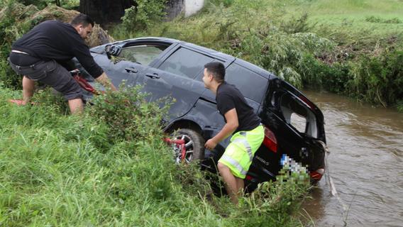 Von Wassermassen weggespültes Auto in Mittelfranken wieder aufgetaucht - und geborgen