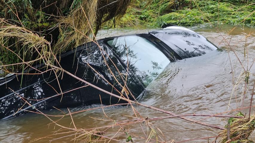 Der Kleinwagen war durch die Wassermassen am Freitag in der Ortschaft fast nicht mehr zu sehen.