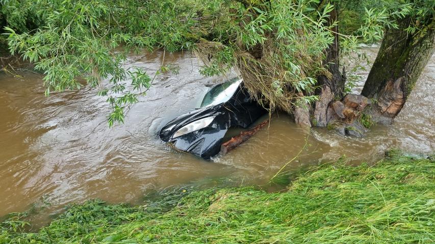 Die Sicherung ist jedoch kurz darauf gerissen und das Fahrzeug wurde wegen der massiven Wassermassen weggespült worden.