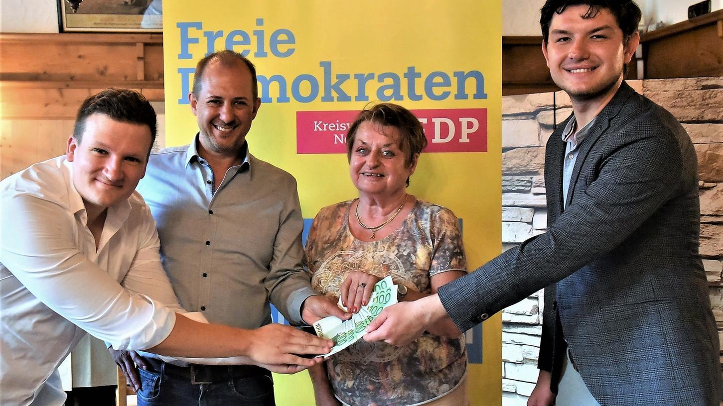 Sascha Renner (links) ist der neue Vorsitzende des FDP-Kreisverbands. Peter Fuhrmann (2. von links) spendete ein