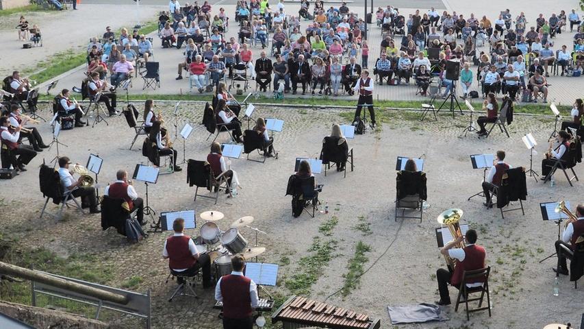 """""""Nach längerer Zwangspause"""", so Vorsitzender Klaus Adelhardt am Samstagabend, hat sich die Jugenbergmannskapelle (JBK) Pegnitz wieder dem Publikum präsentiert. Für rund 120 Zuschauer gab es unter der Leitung von Jürgen Kratochvill ein abwechslungsreiches Konzert mit Musik aus mehreren Stilrichtungen. Mit dabei war auch die Bläserklasse der Grundschule Pegnitz, die eine Einlage spielte. Die Klasse wurde 2019 in Kooperation mit der Jugendbergmannskapelle (JBK) an der Grundschule eingeführt und wird von zwei Mitgliedern der JBK betreut. Adelhardt dankte auch KSB; das Unternehmen hatte vor dem Erweinstollen den Parkplatz zur Verfügung gestellt, auf dem sich das Publikum verteilen und so die Abstände einhalten konnte. Die Stühle hatten die Zuhörer selbst mitgebracht."""