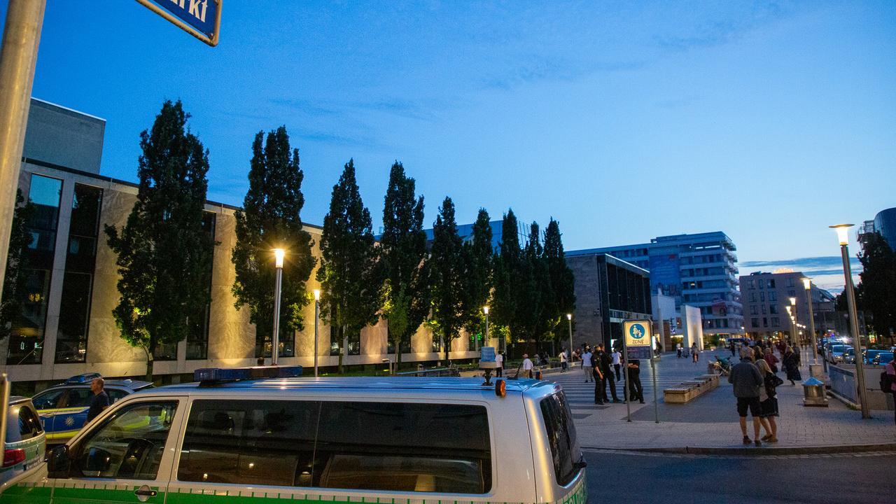 Seit Wochen hat die Nürnberger Polizei ein Auge auf den Kornmarkt am Abend: Bei gutem Wetter treffen sich am Wochenende viele Nachtschwärmer zum Feiern, die Stimmung ist - dem Alkoholkonsumverbot zum Trotz - teilweise aufgeheizt.