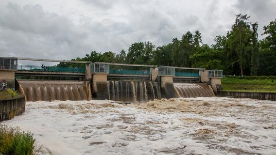 Spektakuläre Bilder: Gewaltige Wassermassen werden von oberfränkischem Hochwasserschutz umgeleitet
