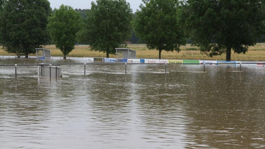 Der Hallerndorfer Sportplatz steht komplett unter Wasser