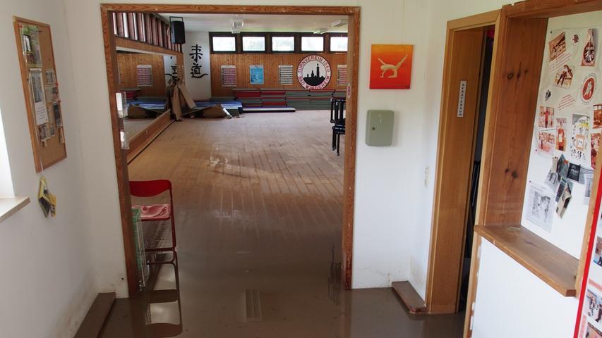 Am Samstagmorgen war das Wasser in der Judohalle des TV1860 Bad Windsheim schon teilweise wieder abgeflossen. Unter den Holzdielen stand es jedoch noch und dürfte große Schäden verursacht haben.