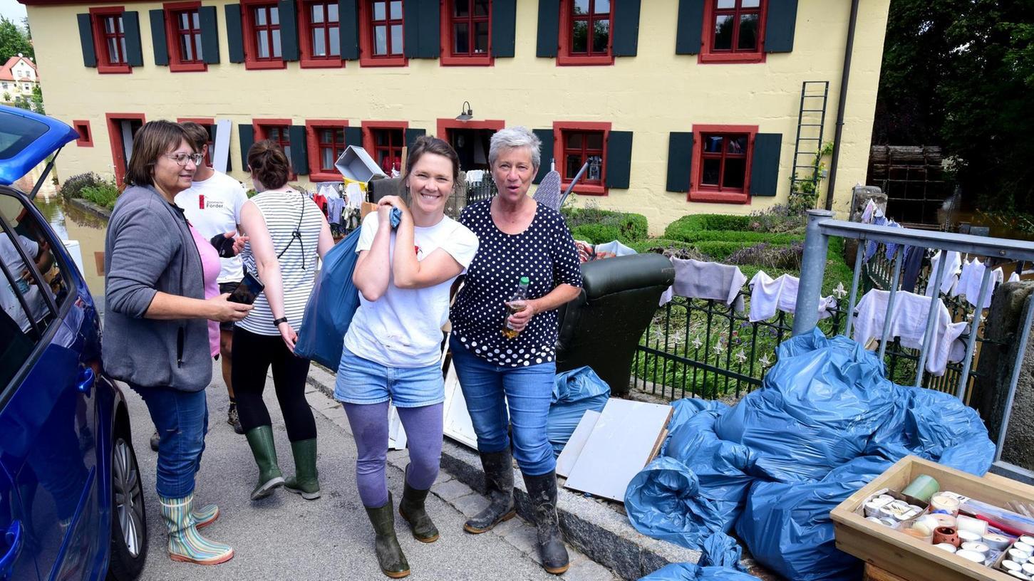 Anpacken und aufräumen: Böse traf es die Mühle in der Wilhermsdorfer Hubstraße. Zum Glück halfen viele Freiwillige mit.