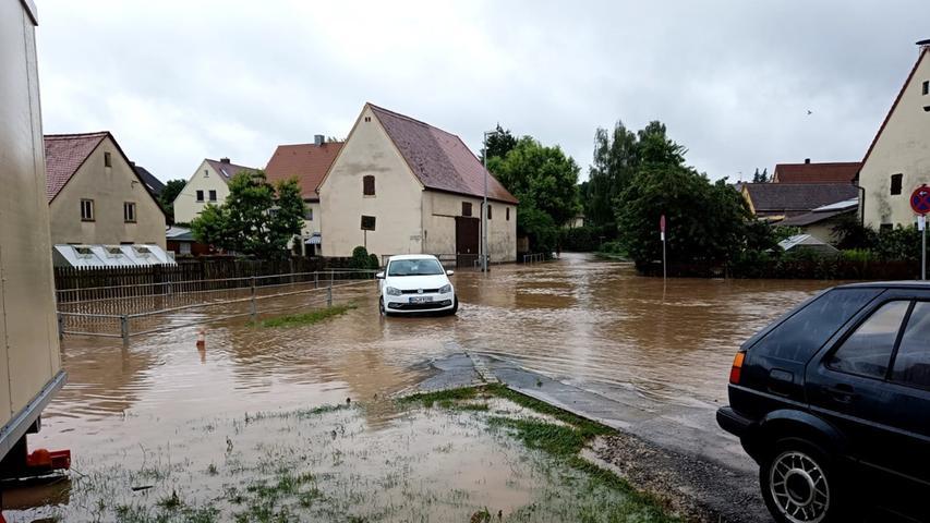In Regelsbach stand die gesamte Ortsmitte unter Wasser. In den Wohnhäusern der tieferen Lagen liefen innerhalb von Minuten Keller und Erdgeschosse voll. Die Wasserpegel in den Wohnungen stiegen stellenweise über die Steckdosen, in den Kellern wurden Verteilerkästen überschwemmt, sodass der Strom ausfiel.