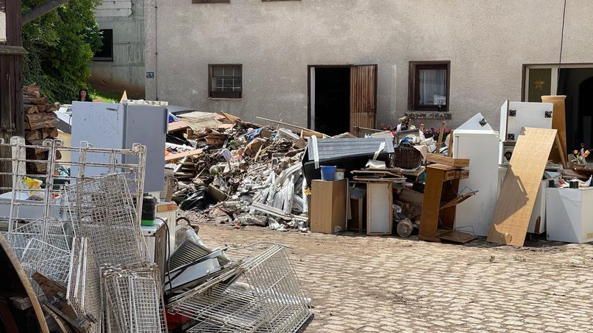 """In Regelsbach entstand in einigen Wohngebäuden nahezu """"Totalschaden"""" an Inventar und Haustechnik, nachdem das Hochwasser Keller und Erdgeschosse bis auf Höhe der Steckdosen geflutet hatte."""