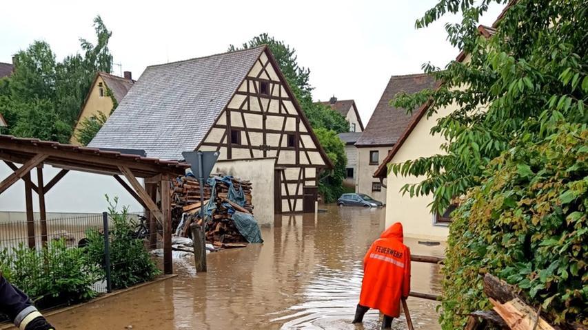 Im Westen ergoss sich von den landwirtschaftlichen Flächen ein Sturzbach in den sogenannten Badeweiher. Dieser lief schnell über, und die Wassermassen brachen auf zum Regelsbacher Ortszentrum.