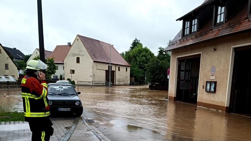 Im Osten verwandelte sich ein Feldweg in einen reißenden Bach. In der Talaue lief ein weiterer Teich über, sodass sich ein breiter Strom im Tal in Richtung Hengdorf ergoss. Hier treffen die beiden Bäche Regelsbach und Zwieselbach zusammen.