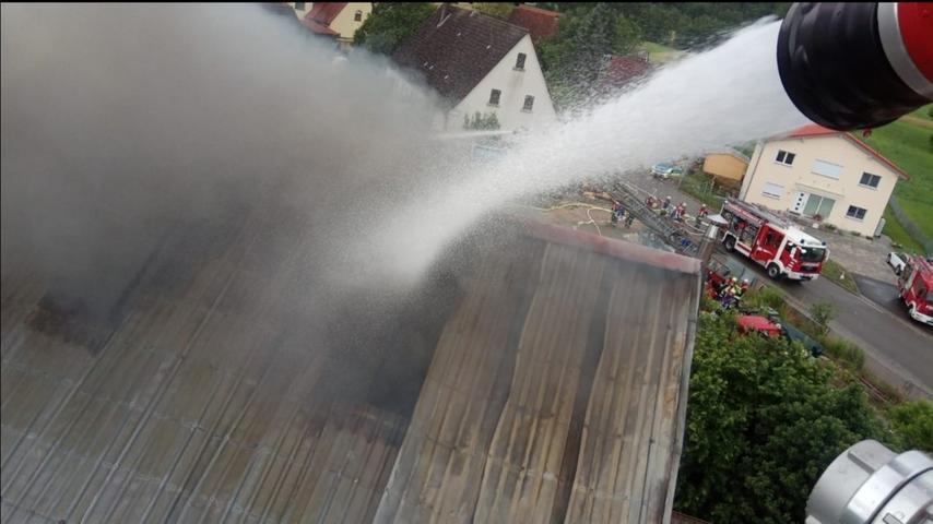 Von der Drehleiter aus nahm die Rednitzhembacher Feuerwehr den Dachstuhlbrand ins Visier.