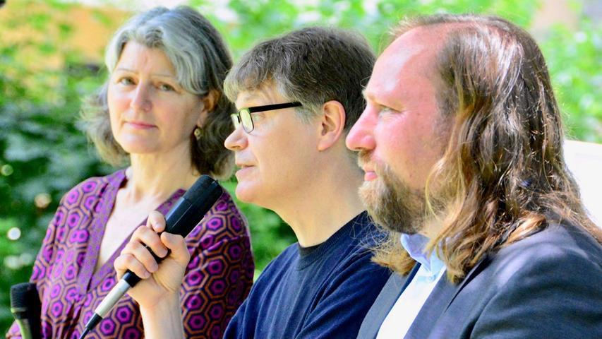Neben den beiden Protagonisten Toni Hofreiter und Sascha Müller(von rechts) war auch Christine Krieg, Fraktionsvorsitzende der Grünen im Schwabacher Stadtrat, auf dem Podium vertreten.