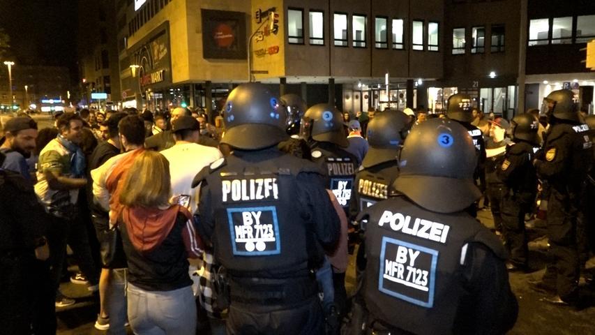 1800 Menschen versammeln sich in der Spitze am Plärrer, meldet die Polizeidirektion Mittelfranken.