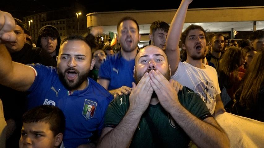 So jubelt Italien in Nürnberg: Direkt nach dem Abpfiff stürmen die Fans zum Plärrer.