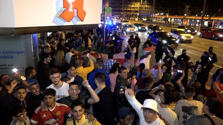 Vor allem an der Apotheke an der Ecke des Plärrers kommen zahlreiche feiernde Menschen zusammen.
