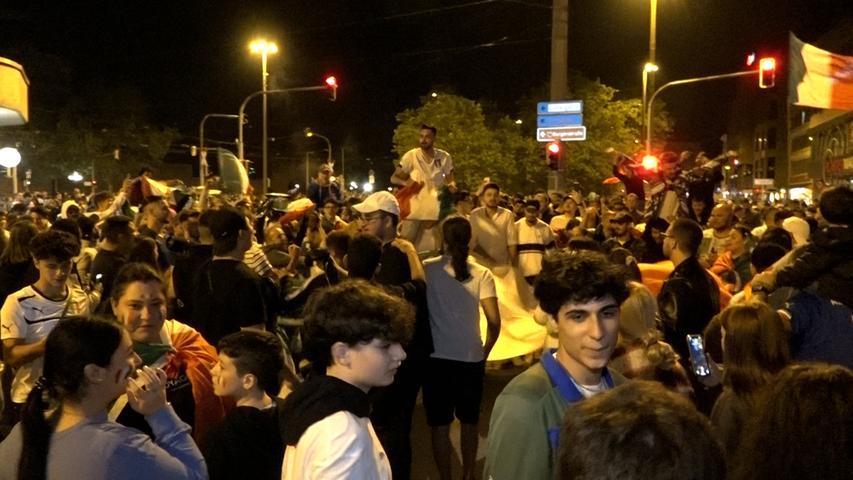 Die Menschen in Grün-Weiß-Rot feiern ausgelassen den EM-Sieg der Italiener.