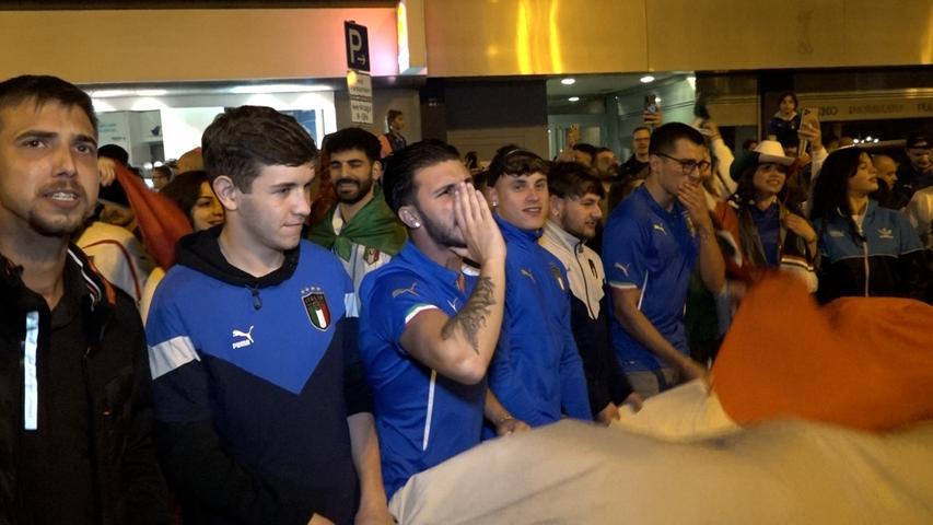 Viele tragen das Blau der Squadra Azzura, die England im Elfmeterschießen besiegt hat.