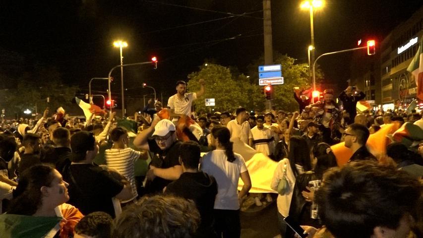 Gegen 2 Uhr fordert die Polizei die Fans auf, nach Hause zu gehen.