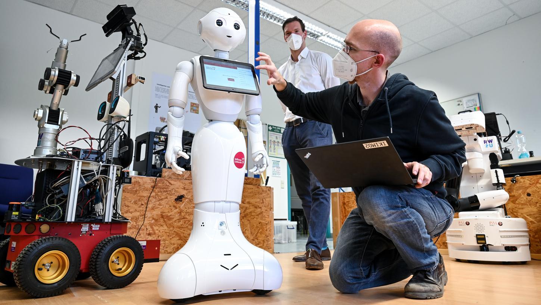 Roboter Pepper leitet die Morgengymnastik eines baden-württembergischen Altenheims und könnte dort bald auch an die Einnahme von Medizin erinnern.