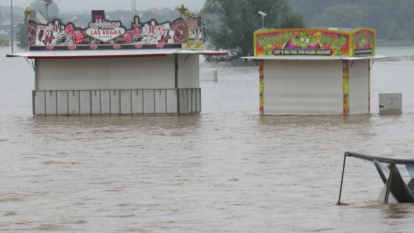 Fahrgeschäfte und Buden wurden nass erwischt, als die Flut kam.