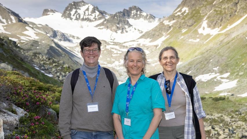 Wanderer können sich im Paznauntal am Jamtalgletscher über den Klimawandel und den Gletscherrückgang informieren. Unter anderem forschen hier Wilfried Winiwarter, Andrea Fischer undVerena Winiwarter (von links).