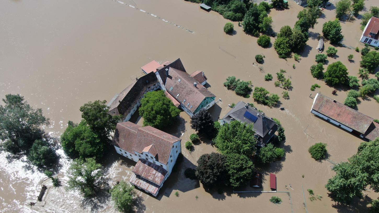 Das Luftbild zeigt es: Die alten Gebäude der Laufer Mühle sind ringsum vom Hochwasser umgebenund derzeit nicht zugänglich.